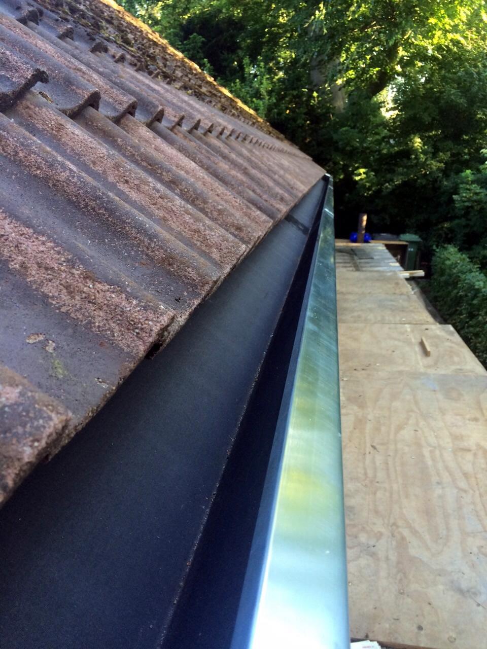 Nieuwbouw dakgoot tijdens renovatie huis